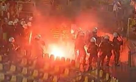 Aris - Jagiellonia. Mecz był przerwany, w sektorze gości płonęły race. (wideo, zdjęcia)