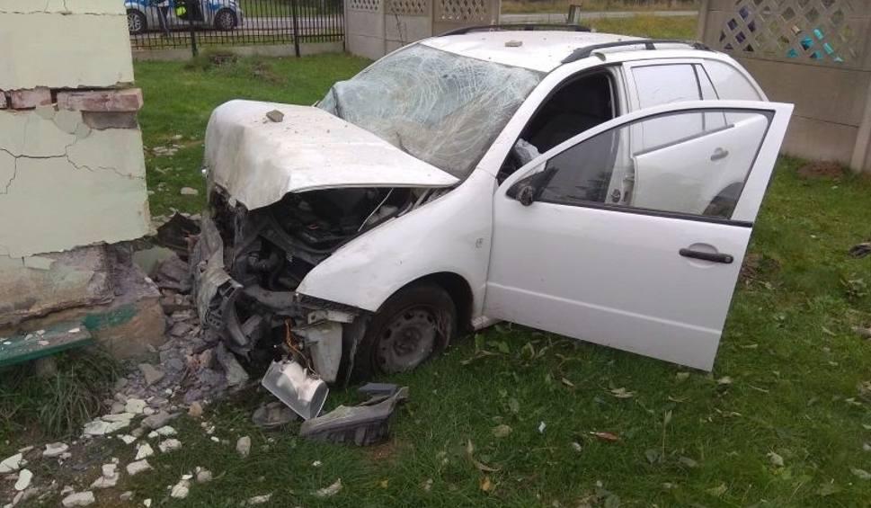 Film do artykułu: Wypadek w Mostkach. Samochód uderzył w dom! Na miejscu działają służby ratunkowe [ZDJĘCIA]