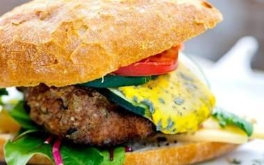 Cheeseburger z lazurem i bursztynem oraz grillowanymi boczniakami