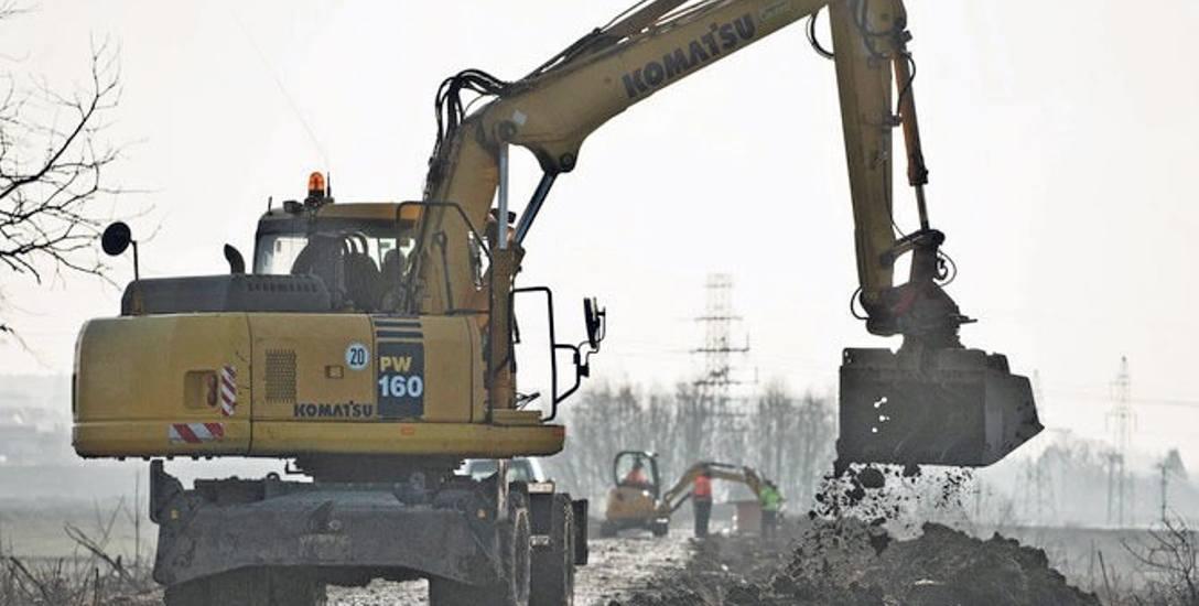 Zima jest u nas łagodna, to pozwala na prowadzenie prac budowlanych na nowej trasie rowerowej w stronę os. Jamno