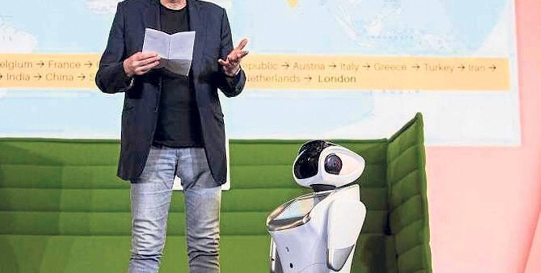 Na spotkaniach na całym świecie Marek Kamiński opowiada o  swojej podróży z udziałem robota humanoidalnego NOA