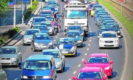 Ubezpieczyciele biorą pod uwagę liczbę samochodów i zdarzeń drogowych w danym mieście. Ale też miejsce garażowania i kolor