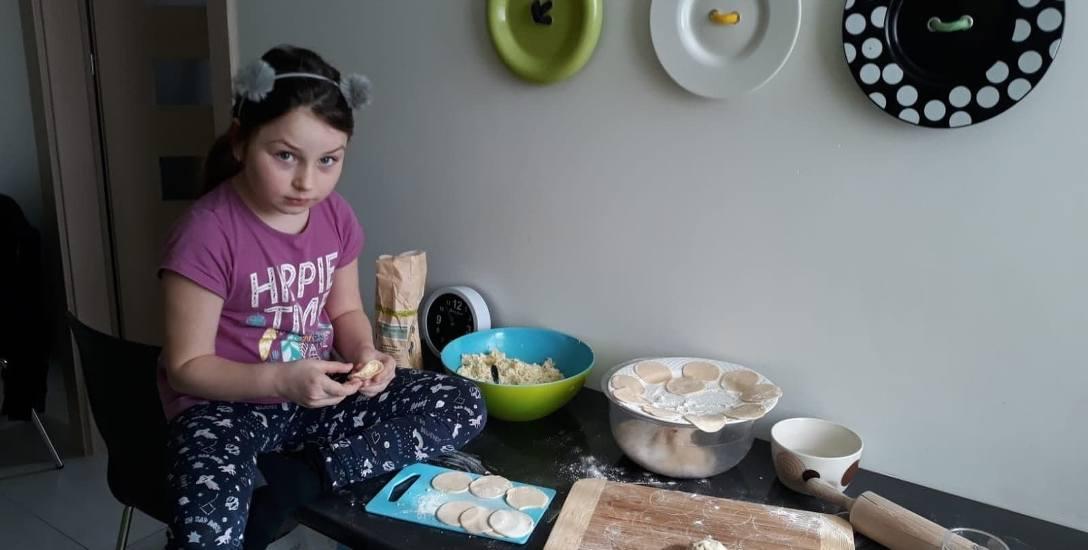 Amelia Łyskaniuk nauczyła się właśnie lepić pierogi. Tak pomaga swoim zapracowanym w domu rodzicom.