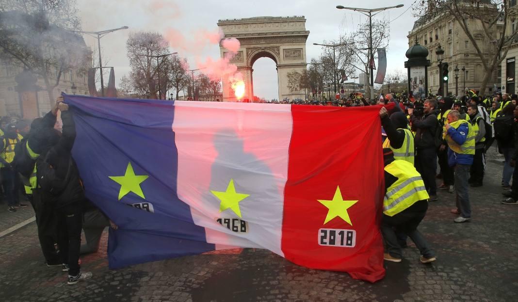 """Francja: Zamieszki w Paryżu 8.12 ZDJĘCIA Kolejny protest """"żółtych kamizelek"""" TRANSMISJA NA ŻYWO Starcia z policją i gaz łzawiący na ulicac"""