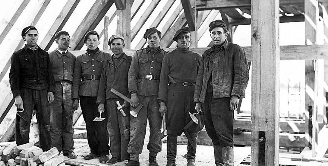 Pracujący przy budowie więźby dachowej zniszczonego podczas wojny świdwińskiego kościoła. Zdjęcie pochodzi z prywatnego archiwum córki fotografa.