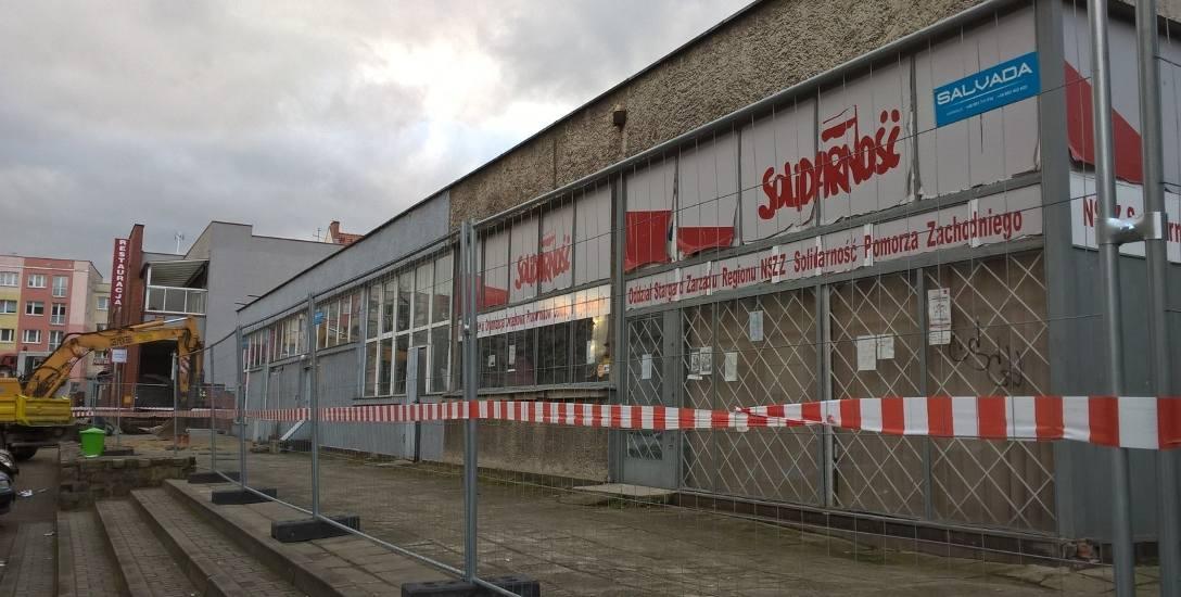 Pawilony handlowe na Starym Mieście są sukcesywnie wyburzane. Wszystkie są w złym stanie technicznym. Remont byłby nieopłacalny, dlatego zdecydowano