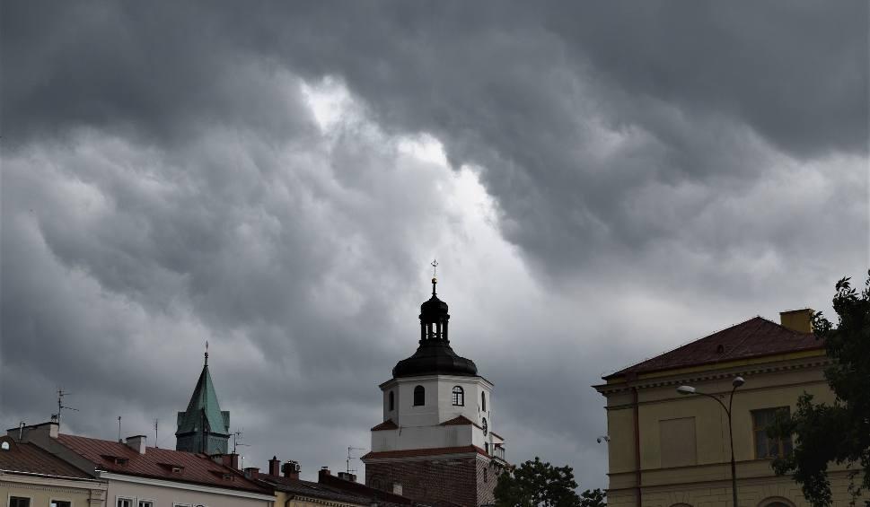 Film do artykułu: Ulewa nad Lublinem. Możliwe są też gwałtowne burze. IMGW wydał ostrzeżenie (WIDEO)