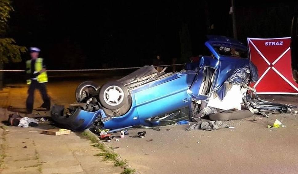 Film do artykułu: Śmiertelny wypadek w Fugasówce. Samochód został przepołowiony NOGA Z GAZU WIDEO