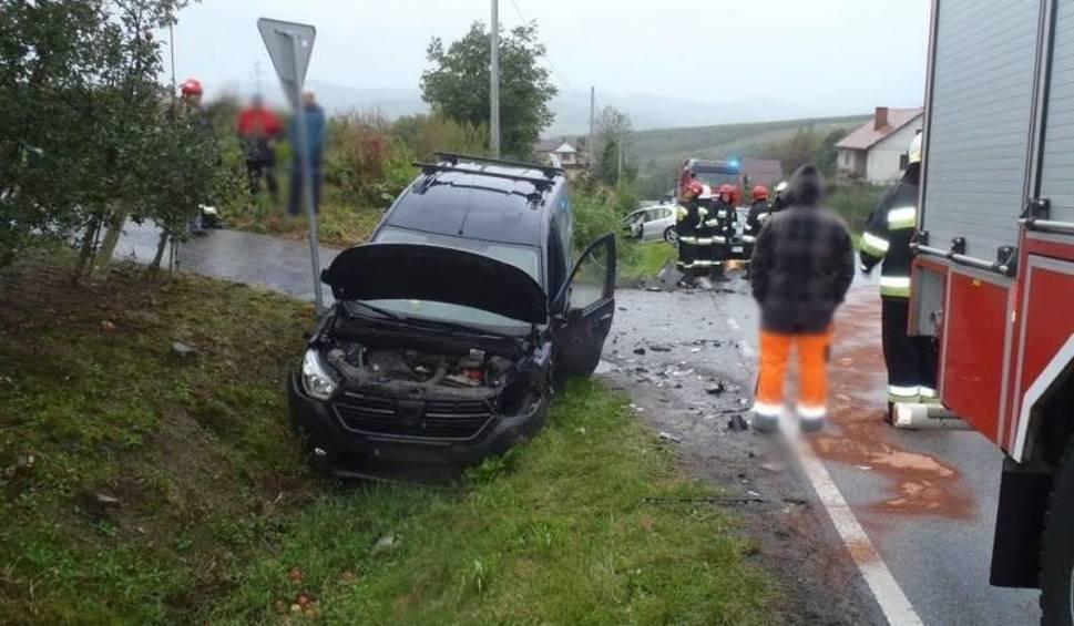 Film do artykułu: Łącko. Zderzenie dwóch samochodów osobowych. Jedna osoba trafiła do szpitala [ZDJĘCIA]