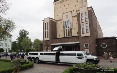 Gigantyczny, kilkumetrowy amerykański Hummer podwiózł w Gliwicach dziecko przystępujące do Pierwszej Komunii Świętej. Jeden z małych bohaterów ceremonii