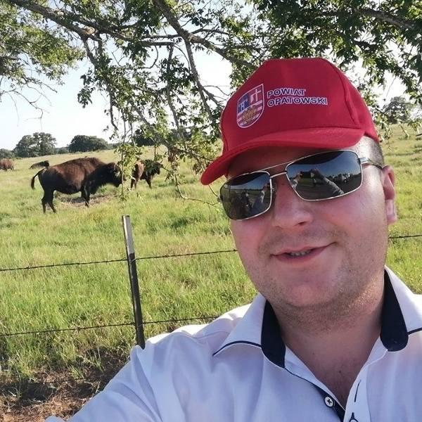 Amerykański sen Piotra Wawrzyńczaka w Teksasie. Młody rolnik z Kunic uczy się od farmerów. Skorzysta cały powiat?