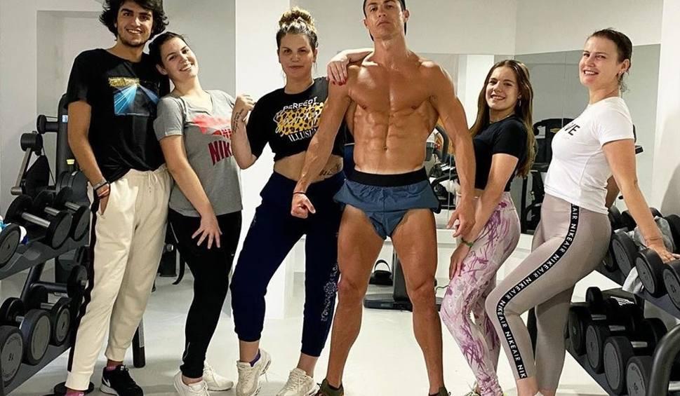 Film do artykułu: Imponująca sylwetka. Cristiano Ronaldo nie odpuszcza treningów, ćwiczy z rodziną [WIDEO]
