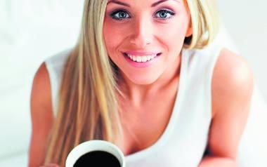 Nadmiar kofeiny z kawy, czekolady lub napojów energetycznych może upośledzić wchłanianie witaminy D. To z kolei zaszkodzi naszemu organizmowi