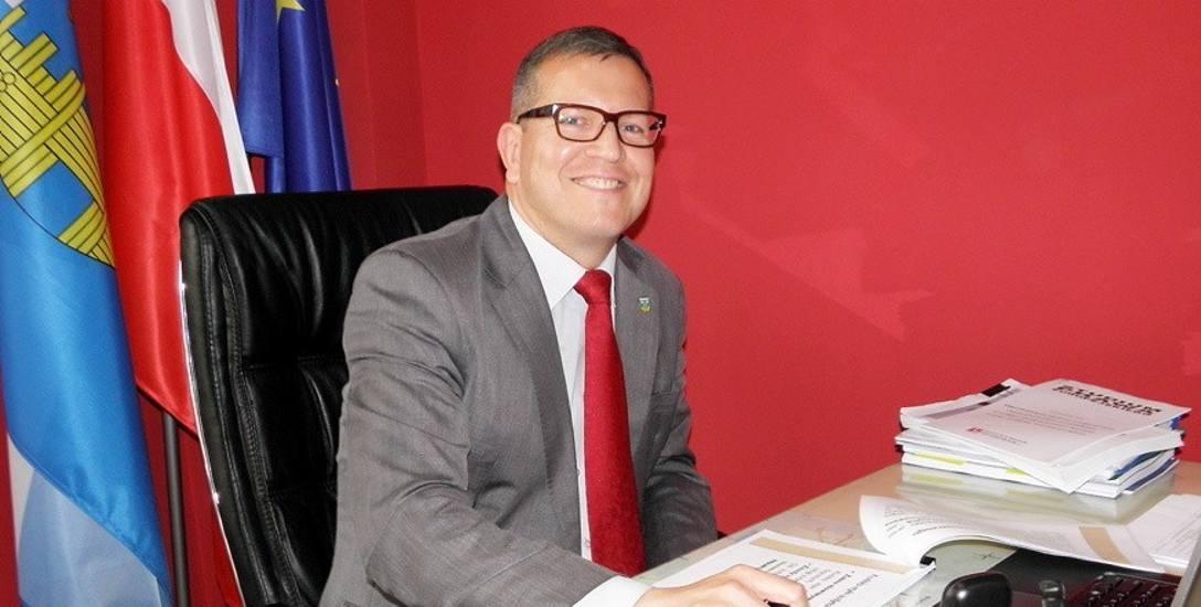Radni udzielili absolutorium burmistrzowi Robertowi Luchowskiemu. Na tej samej sesji zatwierdzili dla niego podwyżkę pensji o ok. 1 tys. zł.