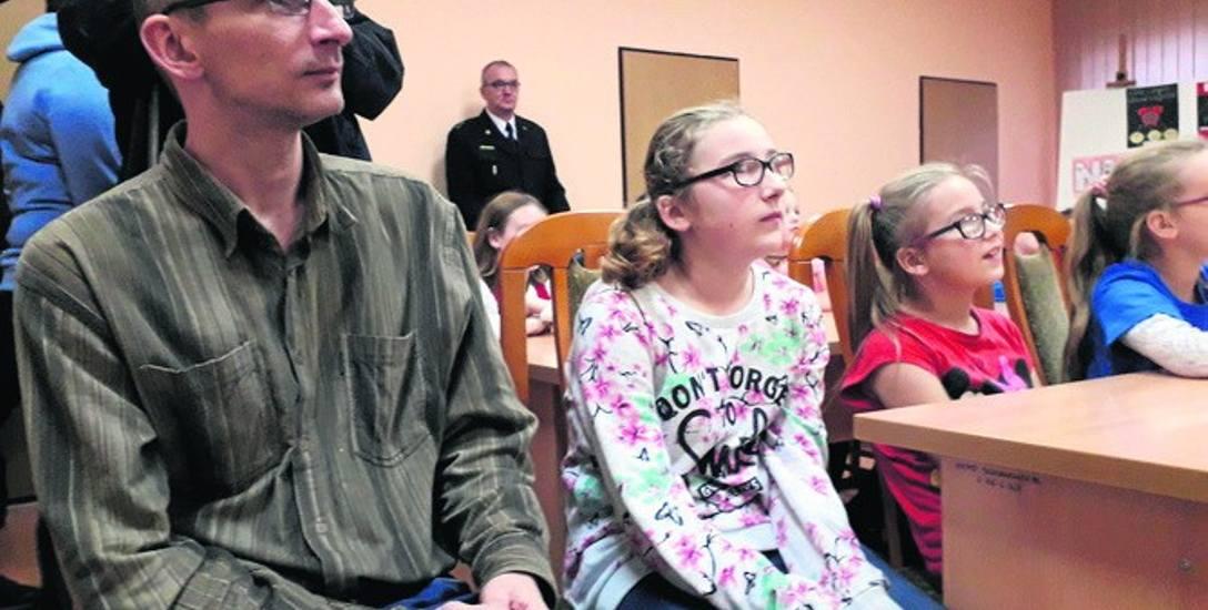 Od lewej: Robert Krosman oraz jego córki: 12-letnia Natalia oraz 9-letnia Julia. Ta młodsza została okrzyknięta bohaterką