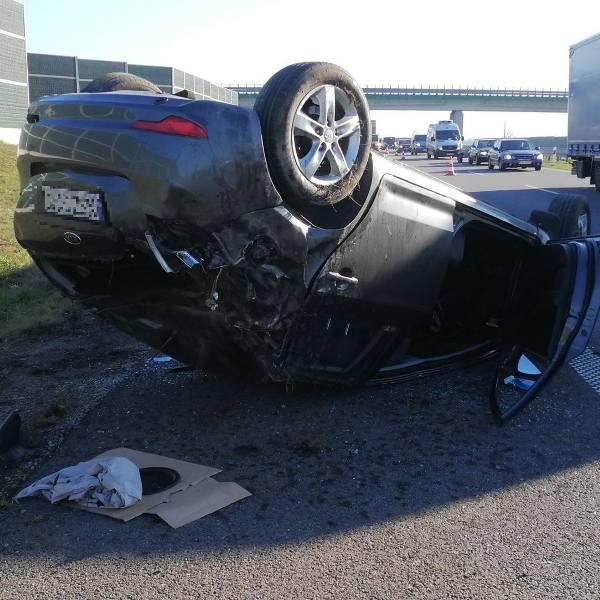 Dzisiaj przed południem doszło do groźnego wypadku na autostradzie A1 w miejscowości Grabówka w pow. włocławskim. Dachował tam samochód osobowy. Czytaj
