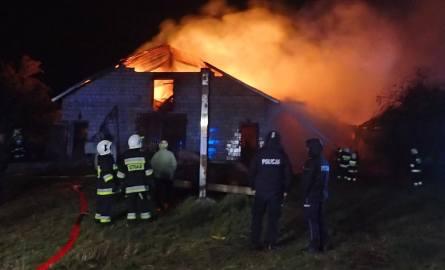 Boczki-Świdrowo: Pożar budynków gospodarczych. Z szalejącym ogniem walczyli 14 godzin
