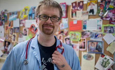 Co czuje lekarz, który bierze na ręce półkilogramowe dziecko? Dr Andrzej Grudzień: - W trakcie akcji muszę odłożyć emocje na bok. W tle laurki od dzieci