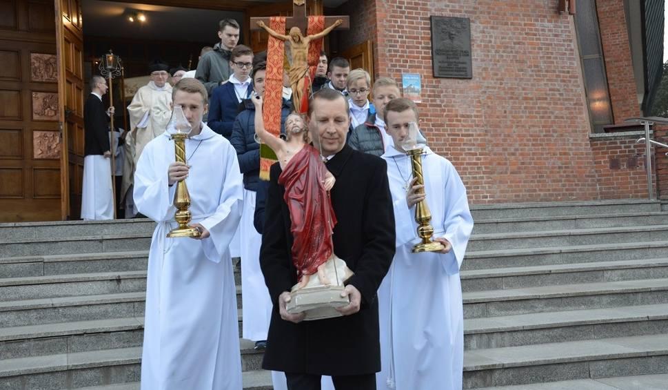 Film do artykułu: Msze rezurekcyjne wokół kościołów o poranku w Wielką Niedzielę