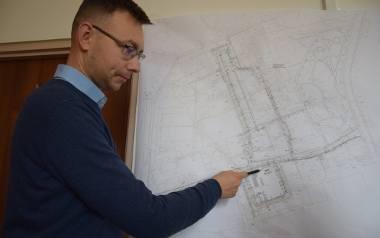 Insp. Kamil Jurdziński pokazuje na mapie obiekty, które w piątek, 14 lutego zostały zburzone
