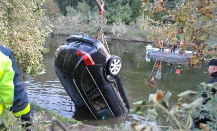 Wyłowili auto z kanału. W środku dwa ciała (zdjęcia, wideo)