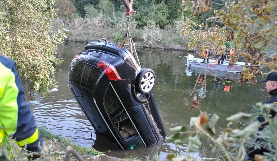 Film do artykułu: Kanał Augustowski. Strażacy wyłowili auto z kanału. W środku dwa ciała (zdjęcia, wideo)
