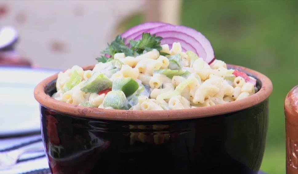 Film do artykułu: Ekspresowa sałatka makaronowa. Jak ją przygotować? [WIDEO]