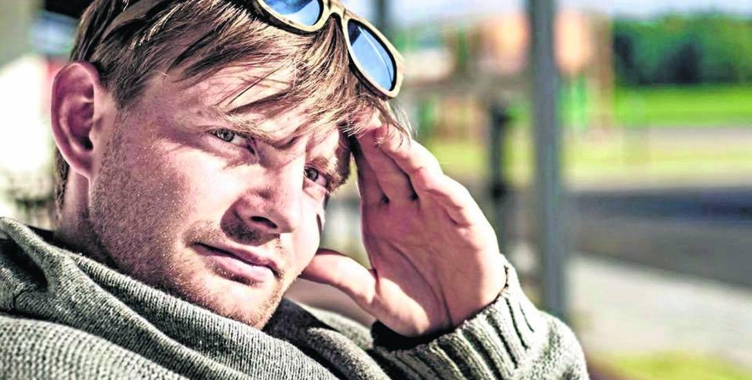 Rafał Zawierucha urodził się w Krakowie, dorastał w Kielcach, a aktorem został w Warszawie.