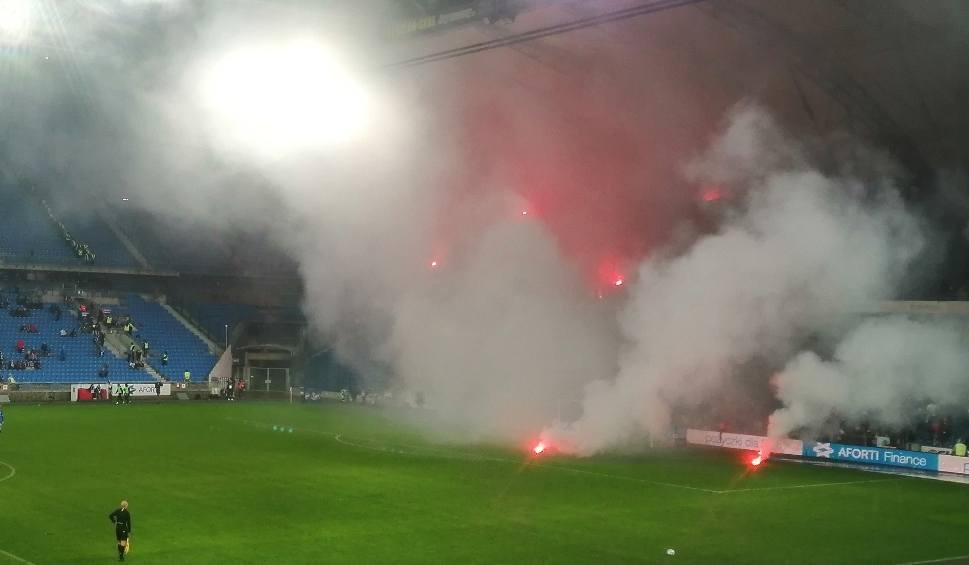 Film do artykułu: Lech Poznań - Lechia Gdańsk: Fani gości obrzucali sąsiednią trybunę i boisko racami. Mecz musiano przerwać [ZDJĘCIA]