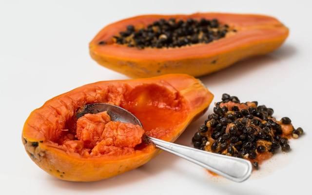 Papaję można wykorzystać do maksimum. Jadalny jest nie tylko pełen witamin pomarańczowy miąższ, ale także nasiona. Te czarne kulki ze środka papai są