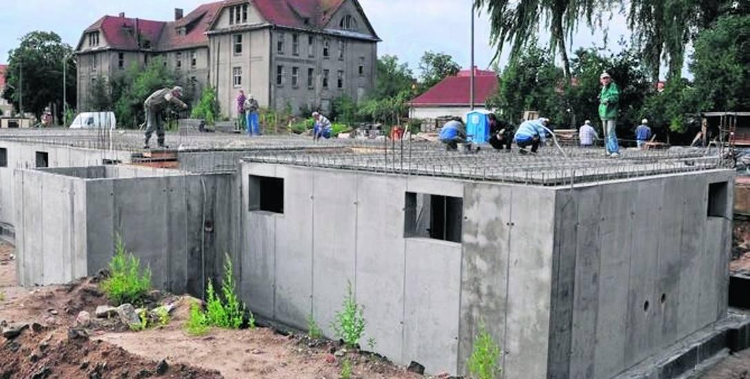 Rok 2011, budowa ostatnich dwoch bloków na ZGM-owskim osiedlu przy ul. Polnej, mieszkania w nich były na sprzedaż