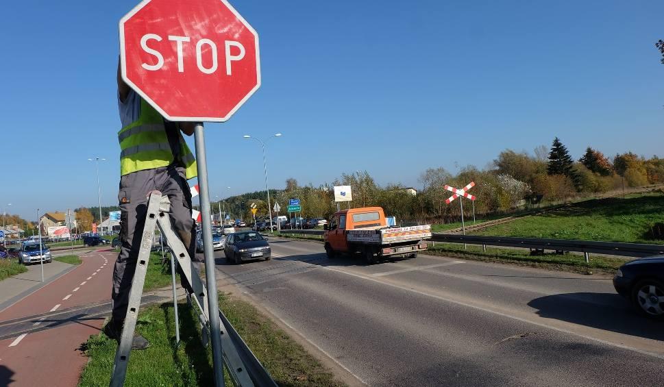 Film do artykułu: Zmiana organizacji ruchu na Baranowickiej w Białymstoku. Znak STOP przed przejazdem zniesiony