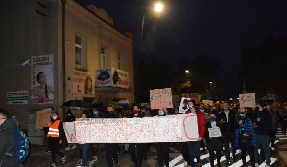 Film do artykułu: Tłumy ludzi protestują w Ostrowcu w obronie kobiet. Z mocnymi okrzykami ruszyli pod siedzibę Prawa i Sprawiedliwości [WIDEO, ZDJĘCIA]