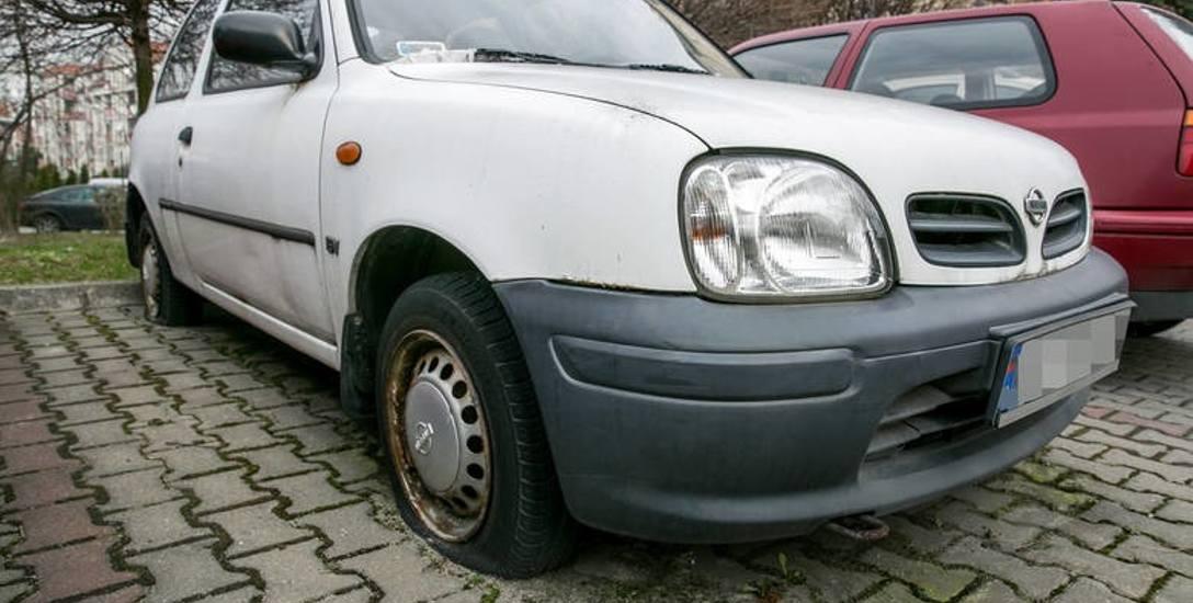 Straż miejska najpierw prosi właściciela wraka, żeby usunął go z parkingu czy podwórka. Jeśli tego nie zrobi, auto jest usuwane przez specjalistyczną