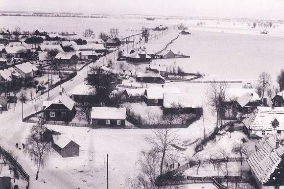 Staromieście w latach 40. ub. wieku. Z lewej widać główną drogę prowadzącą do Trzebowniska. To tutaj rozegrały się dramatyczne wydarzenia, których efektem