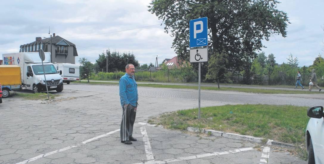 Lesław Ochmański, mieszkaniec budynku przy ul. Polanowskiej walczy o własne miejsce parkingowe dla niepełnosprawnych