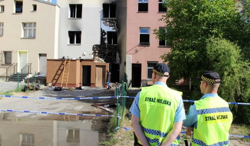 Film do artykułu: Pożar na ul. Podgórnej w Tczewie [23.05.2018]. Nie żyją 2 osoby: małe dziecko i starszy mężczyzna. 9 osób przewieziono do szpitala [zdjęcia]