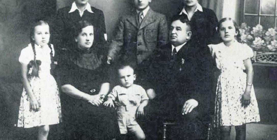 Rodzina złoczowskiego piekarza Józefa Jurkiewicza. Siedzą rodzice: Maria i Józef, nad nimi stoi syn Longin, pierwsza z lewej - córka Janina, Złoczów