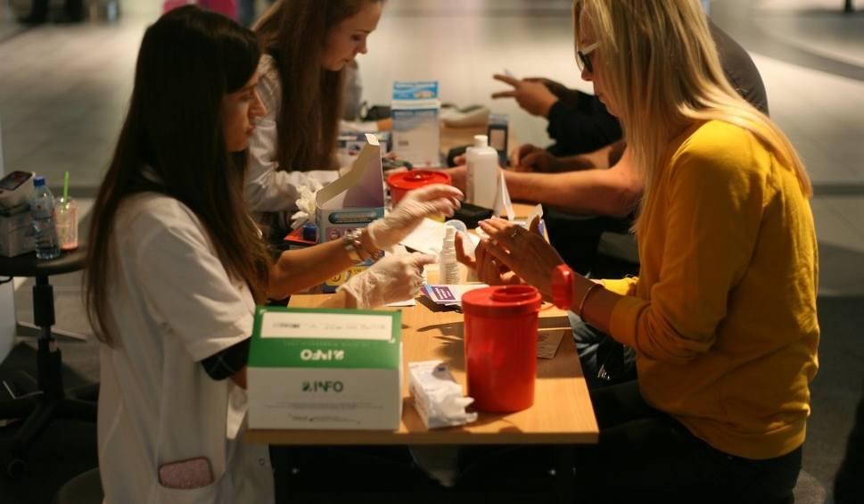 """Film do artykułu: """"Zdrowie pod kontrolą"""" w galerii Focus Mall w Zielonej Górze. Akcja studentów medycyny Uniwersytetu Zielonogórskiego [ZDJĘCIA]"""