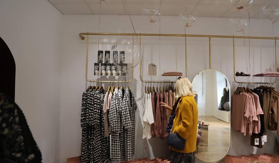 Film do artykułu: Butik marki TOVA otworzył swoją siedzibę w Kielcach. Właścicielką marki jest znana projektantka z Końskich, Katarzyna Janecka [ZDJĘCIA]