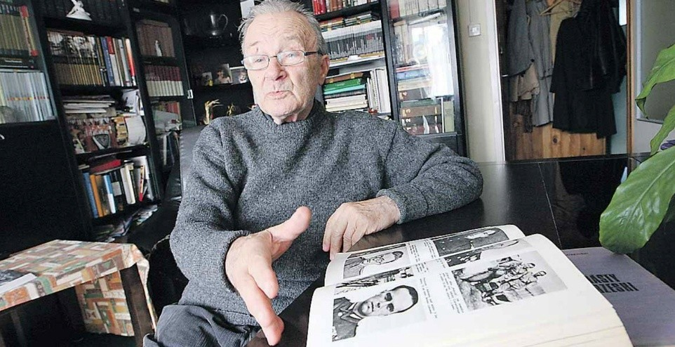 Kapitan Tadeusz Chłopicki (prawnuk Józefa Chłopickiego, jednego z dyktatorów Powstania Listopadowego) ma dziś 88 lat. Przegląda zdjęcia swoich towarzyszy