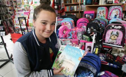 Adrianna uczennica VI klasy na zakupach szkolnych