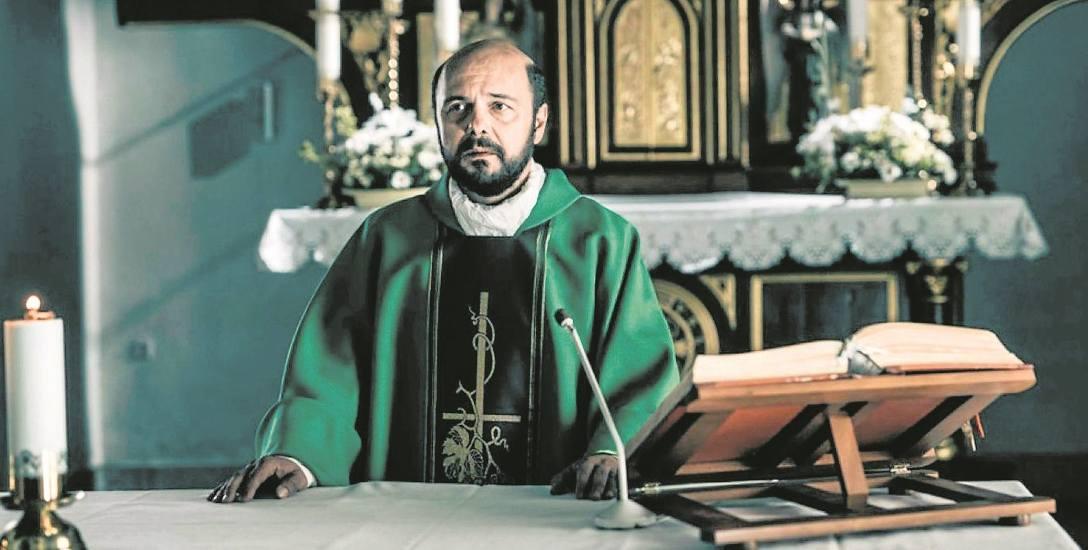 """W filmie """"Kler"""" Arkadiusz Jakubik wciela się w jedną z głównych postaci - księdza Kukuły, proboszcza, który zostaje oskarżony o pedofilię"""