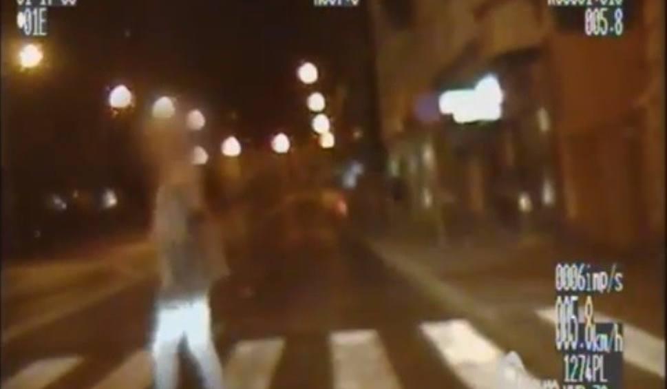 Film do artykułu: Kierująca bmw wyminęła radiowóz stojący przed pasami i niemal potrąciła pieszego. Chwaliła się autem