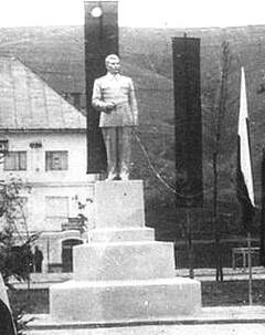 Pomnik Józefa Stalina w Ustrzykach Dolnych stał do 1956 r. Dziś nie ma zgodności co do tego, czy Stalina wrzucono do rzeki Strwiąż, czy do dołu z wa