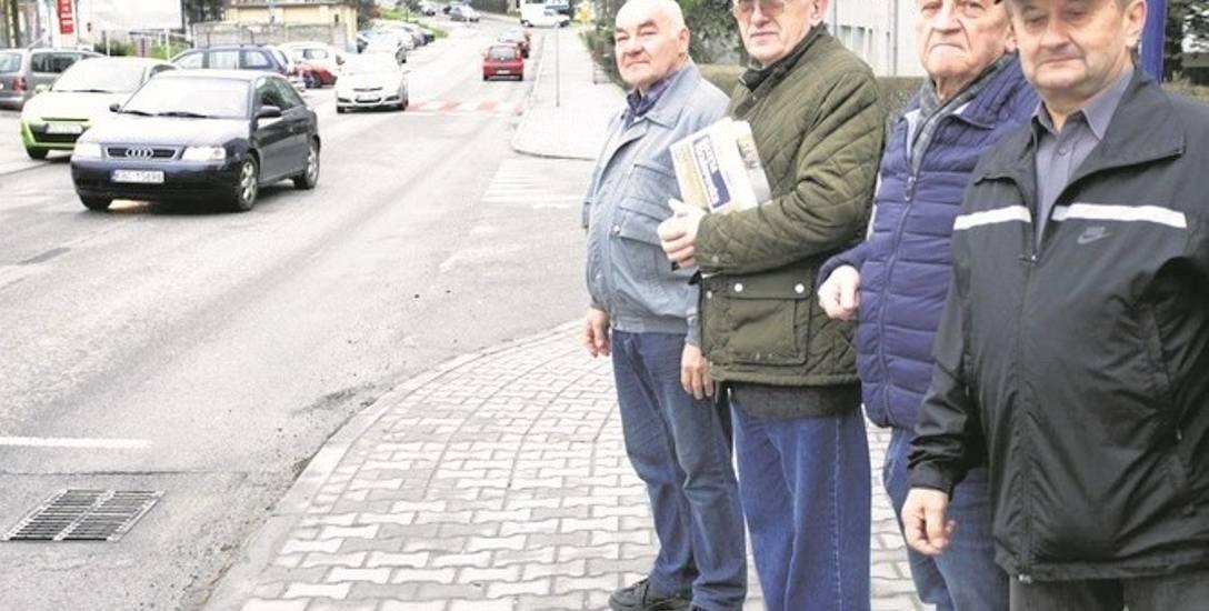 Mieszkańcy os. Niepodległości mają już dosyć ciągłego ruchu samochodów, a obiecywana droga wciąż jest w sferze marzeń