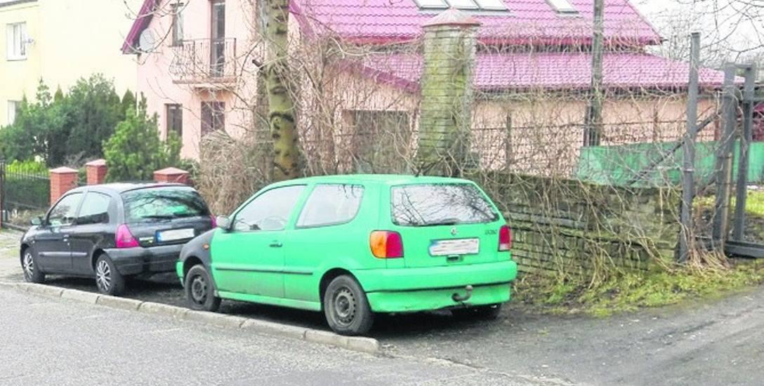 Auto stoi ponad miesiąc, wandale już się nim zajęli.