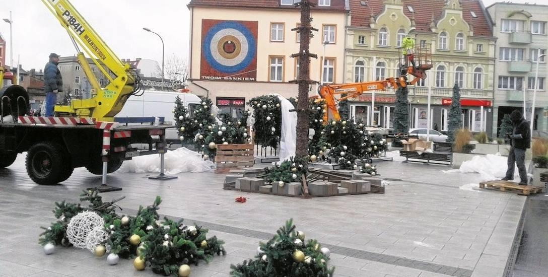 Montaż choinki na placu Wolności w Świnoujściu rozpoczął się wczoraj, w środę rano. Jutro, w piątek o godzinie 16, będzie można ją podziwiać w pełnej