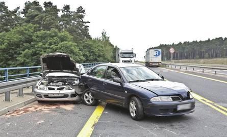 Na drodze S3, na wysokości Raculi, zderzyły się dwa auta osobowe i ciężarówka.