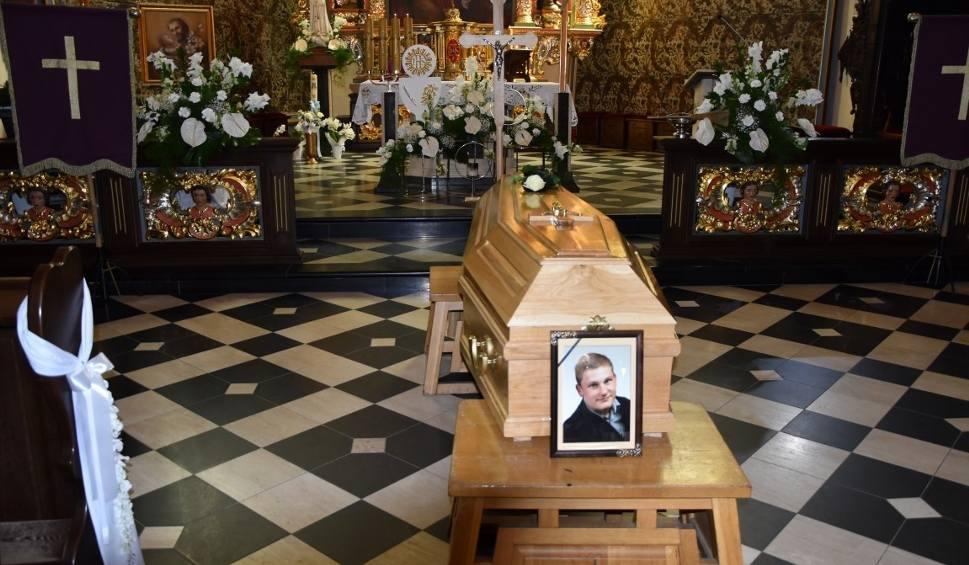 Film do artykułu: Pogrzeb Krzysztofa Niklasa w Kartuzach. Mistrz spoczął nieopodal kolegiaty